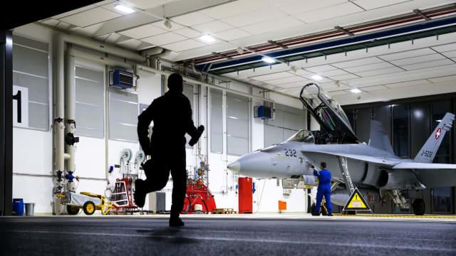 «Für den Luftpolizeidienst genügen 20 Jets»: Eine Hornet wird Startbereit gemacht. Bild: VBS