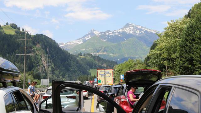 Gerade in den Sommermonaten ist das ein Leid, das viele auf sich nehmen – Stau am Gotthard. (Bild: Shutterstock)