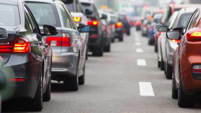 Die Bremslichter leuchten, stockender Verkehr entwickelt sich zum Stau.