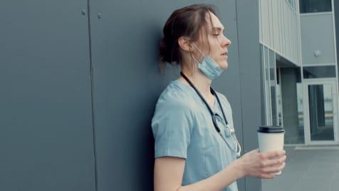 Erschöpfte Heldin: Verdient das Pflegepersonal wirklich so schlecht, wie man meint?