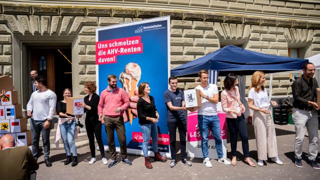 Übergabe der Unterschriften bei der Bundeskanzlei (Bild: Jungfreisinnige Schweiz)