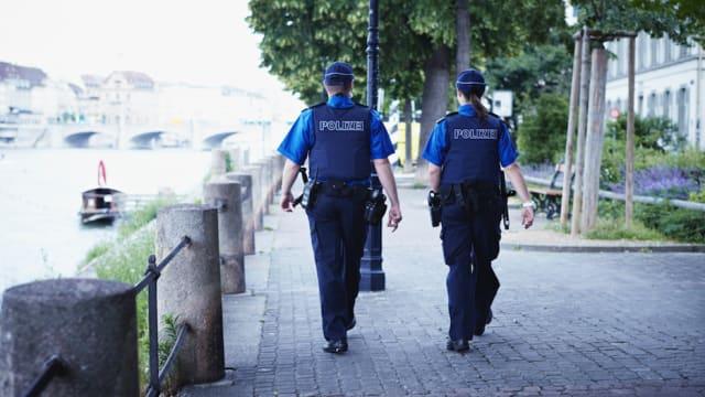 Auf Patrouille: Polizisten am Rheinufer. Bild: Kanton BS.