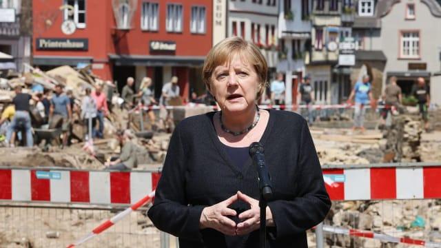 Angela Merkel, deutsche Bundeskanzlerin, zu Besuch im Katastrophengebiet.