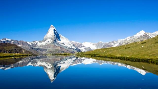 Der schönste Berg der Welt in einem der wohl glücklichsten Länder des Universums. Matterhorn am Mittag.