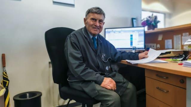 Seit über 50 Jahren fährt er jeden Morgen zur Arbeit in seiner Autogarage in Zürich – und er hat keinerlei Pläne, das zu ändern.  Dass Johann Nadlinger schon 89 Jahre alt ist, spielt für ihn dabei keine Rolle. BILD: Fabienne Niederer
