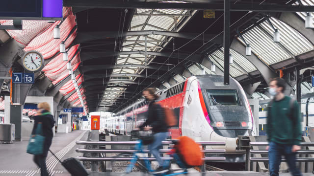 Die Maskenpflicht gilt weiterhin für den öffentlichen Verkehr. Foto: Shutterstock