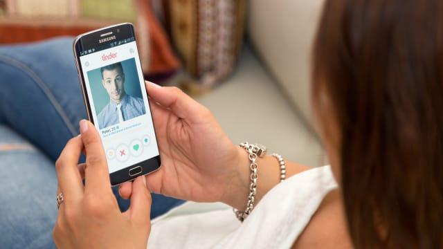 Oberflächlichkeit unvermeidbar: Trotz der Nützlichkeit von Tinder macht es vielen Leuten zu schaffen, den potenziellen Partner  nur aufgrund von Profilbildern beurteilen zu müssen. BILD: Shutterstock