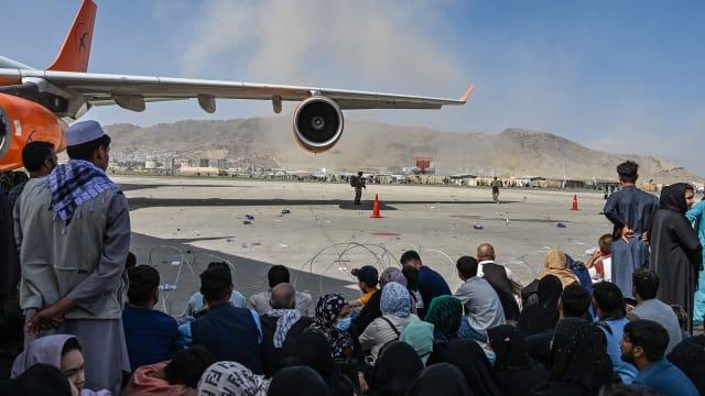 Flüchtlinge am Flughafen in Kabul hoffen auf eine Möglichkeit zur Ausreise.