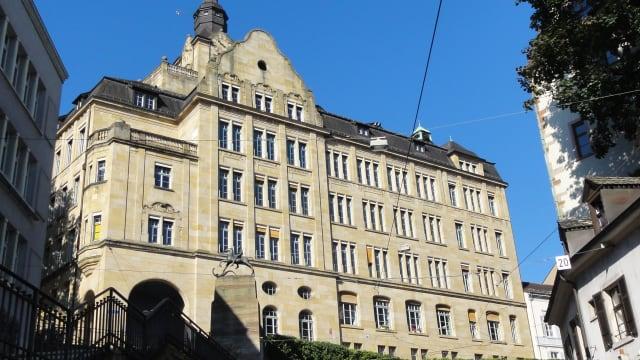 Das Gymnasium Leonhard in Basel ist das grösste im Kanton. Viele Schüler gehörten da nicht hin. Foto: Basel-Stadt