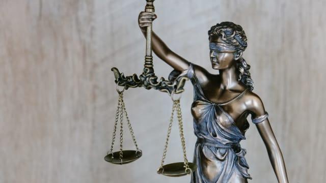 Justitia - Symbol der Gerechtigkeit. Als Frau aus Fleisch und Blut würde sie wenig von der Sexualstrafrechtsrevision profitieren. (Foto: Unsplash)