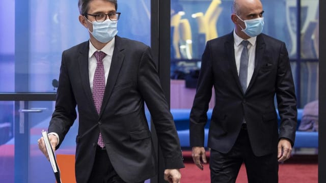 Lukas Engelberger, Präsident der Gesundheitsdirektorenkonferenz, und Alain Berset, Gesundheitsminister, auf dem Weg zur Pressekonferenz.