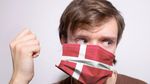 Die Dänen haben die Maske längst abgenommen. Bald fallen auch die letzten Einschränkungen. (Bild: Shutterstock)