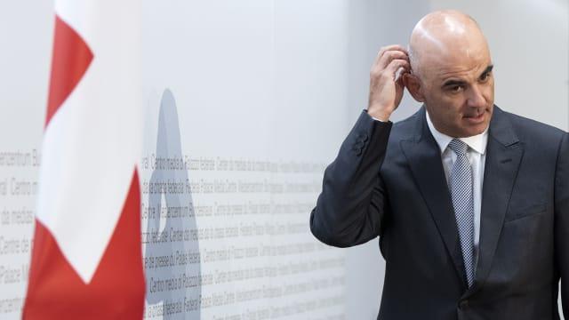 Wie kommt er da wohl wieder heraus? Bundesrat Alain Berset machte in den vergangenen Monaten mehrere Aussagen, die dem jetzigen Kurs widersprechen. (Bild: Keystone)
