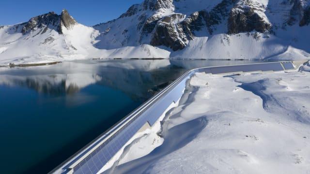 Rund 10'000 Quadratmeter bedeckt die Solaranlage an der Staumauer des Muttsees. Visualisierung: Axpo