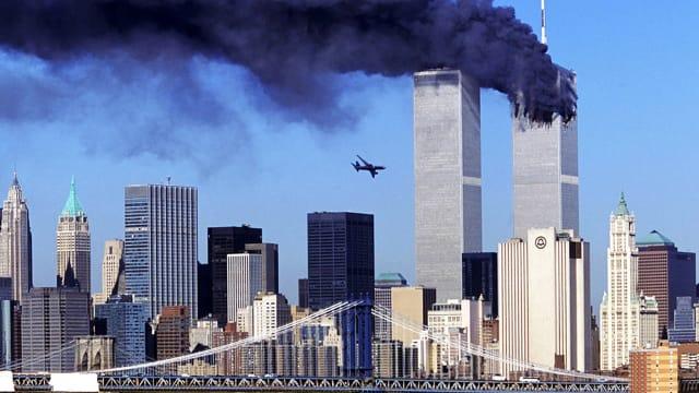 11. September 2001: Flug United Airlines 175 aus Boston kurz vor dem Aufprall im Südturm des World Trade Centers in New York.