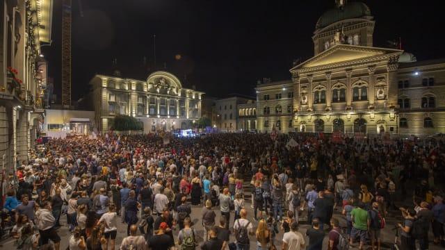 Vermutlich waren mehr als nur tausend Menschen an der Demonstration gegen die Ausweitung des Covid-Zertifikats. (Bild: Keystone)