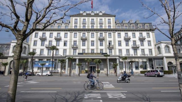 Muss Gäste aus Drittstaaten aus dem Restaurant weisen, obwohl sie geimpft sind: Hotel Schweizerhof in Luzern (Bild: Urs Flüeler/Keystone)