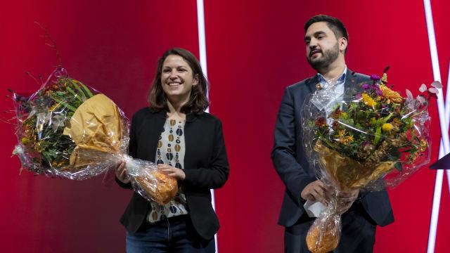 Blumen für die Generation Juso. Mattea Meyer und Cédric Wermuth bei ihrer Wahl ins SP-Parteipräsidium im Oktober 2020. Bild: Keystone