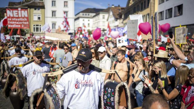 Trychler statt Vermummte als Blickfang - eine der vielen friedlichen Coronademonstrationen (hier in Winterthur). Bild: Keystone