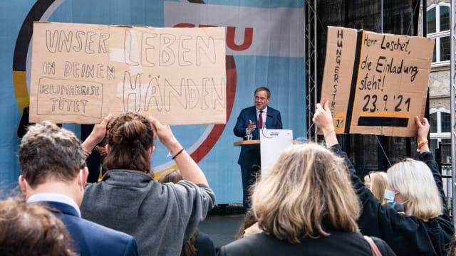 Globale «Klimakrise» statt nachhaltige Stärkung der Wirtschaftskraft Deutschlands – Demonstranten mit CDU/CSU-Kanzlerkandidat Armin Laschet an einer Wahlkampfveranstaltung in Bremen im September. Bild: Keystone