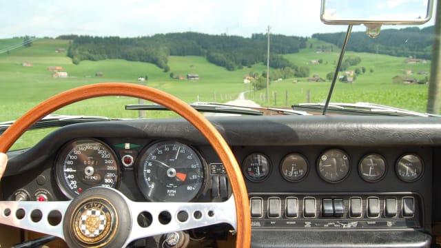 Jaguar-typisch die imposante Uhrensammlung, hier im E-Type