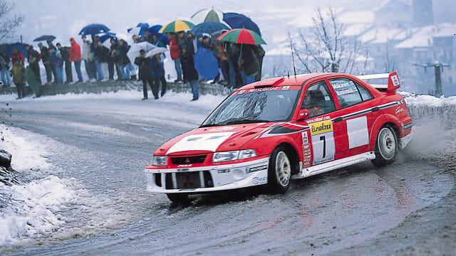 Ein EVO im sauberen Drift an der Rallye Monte Carlo 2001.