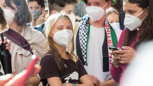 Hier zeigt sich Greta vertraut mit einem Klimaaktivisten, der mit einem antisemitischen Schal bekleidet ist. Foto: Twitter@newsblunt