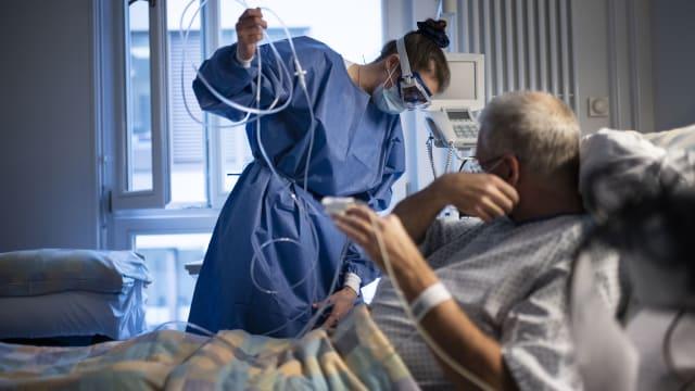Pflegerin betreut einen Covid Patienten in der Isolationsstation (Bild: Keystone)