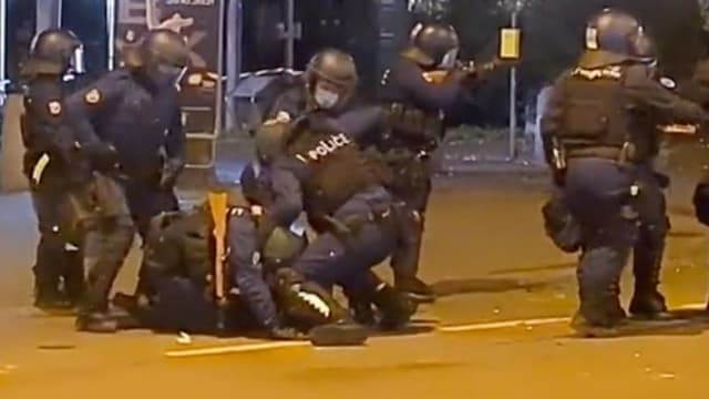 «Kontrollierte Schläge»: Polizeieinsatz in Bern gegen einen Corona-Skeptiker am vergangenen Donnerstagabend.