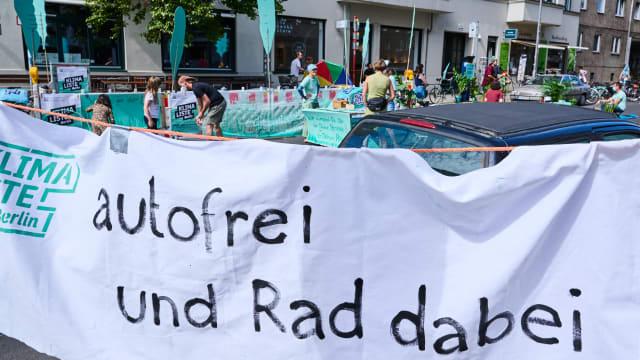 Klimaaktivisten propagieren im August 2021 für ein autofreies Berlin. Bild: Keystone