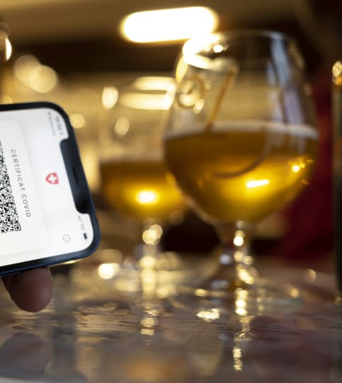 Das Zertifikat könnte auch eingesetzt werden, um Anreize für die Menschen zu schaffen, alkoholische Getränke mit Augenmass und Vernunft zu geniessen. Bild: Keystone