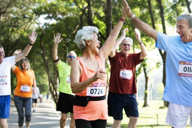 Nicht jeder muss im Alter noch einen Marathon rennen. Auch mit kleinen Übungen kann man schon viel erreichen.
