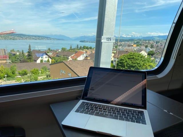 Wenn Berge und Seen an Rolf Murbach vorbeiziehen, arbeitet er besonders produktiv. (Bild: Rolf Murbach)
