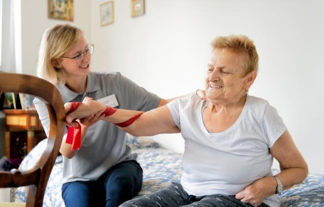 Eine Ergotherapeutin trainiert mit ihren Patienten zu Hause  – darin liegt die Zukunft.