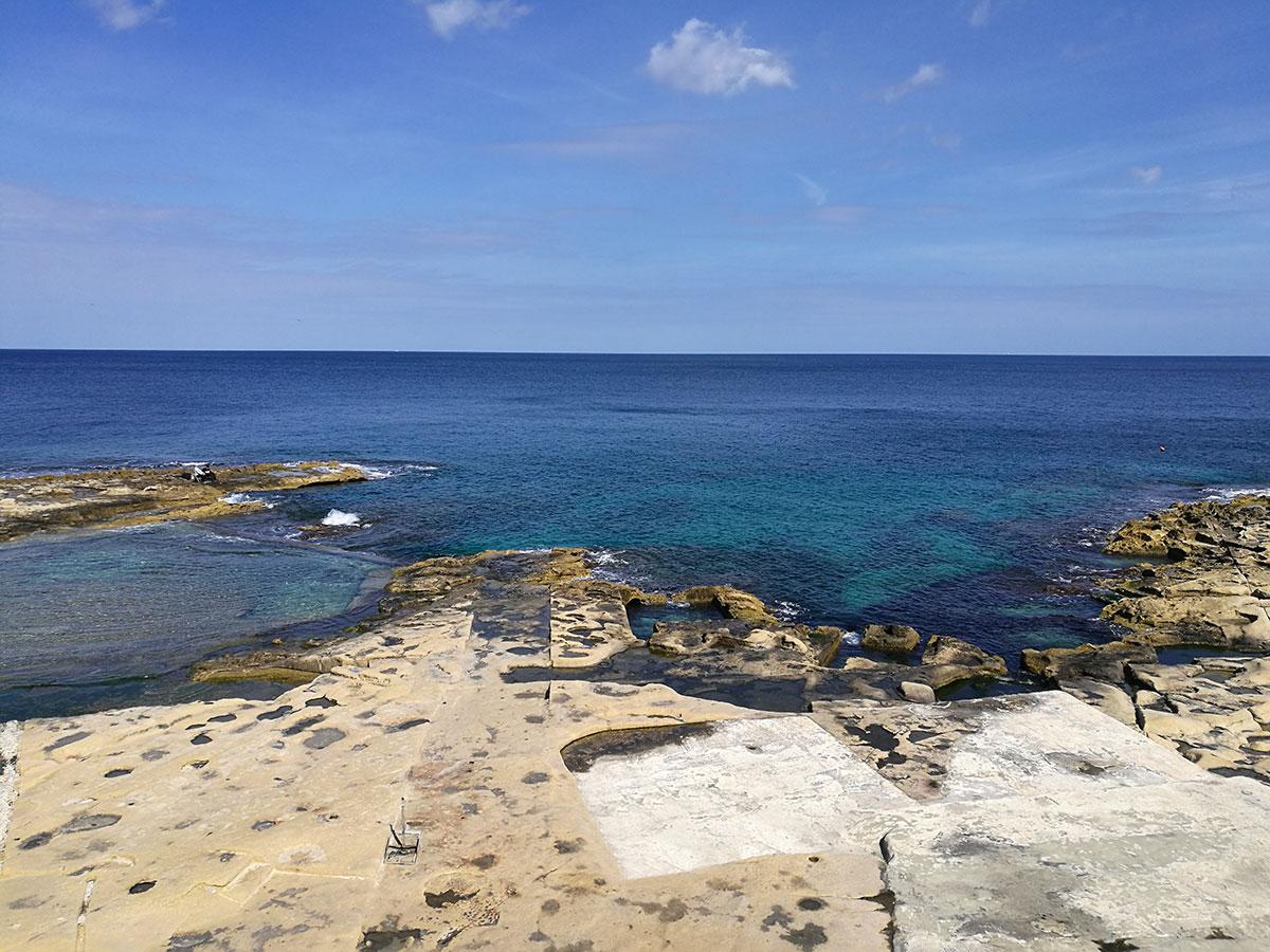 Fond Għadir Beach, spiaggia di roccia Sliema