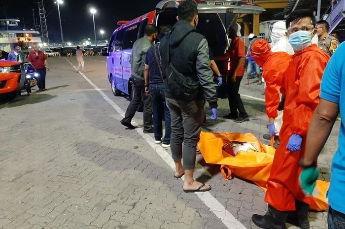 sopir dan penumpang diemukan tewas telanjang dalam mobil. Foto Ist/kompas