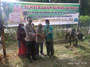 Kapolres Labuhanbatu, AKBP Agus Darajot menyerahkan hewan qurban kepada Kepling Jalan Labuhan, Kelurahan Padang Matinggi, Kecamatan Rantau Utara, Kamis, 30 Juli 2020. Foto Dekrit/Dedi