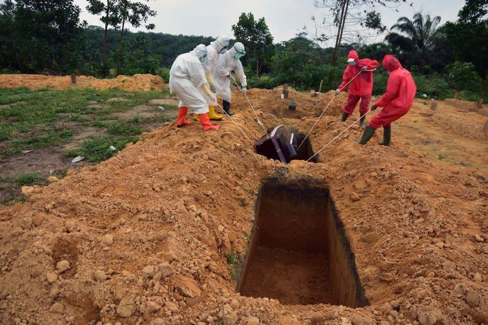 proses pemakaman jenazah dengan protokol kesehatan COVID-19 (Foto: Antara.