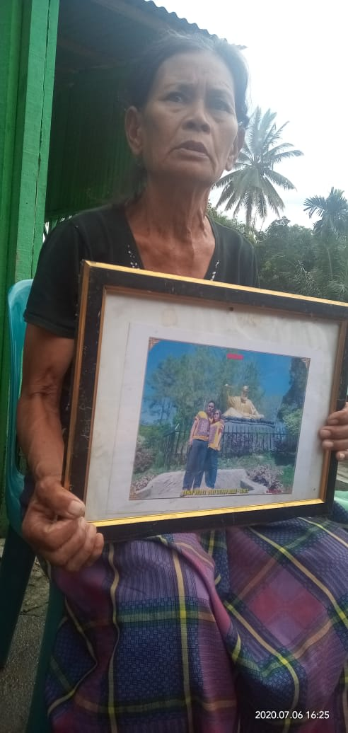 Maslina Nainggolan memegang foto anak yaitu Jonathan bersama menantunya