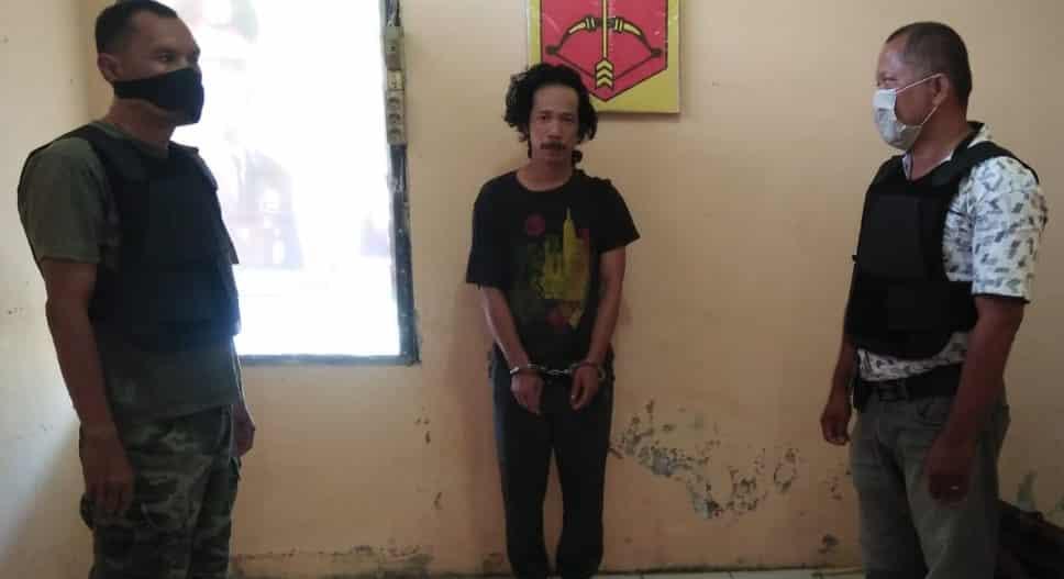 Tersangka pengedar narkotika jenis sabu-sabu, S alias Ationg (posisi di tengah), diamankan petugas di Mapolsek Kualuh Hilir di Kampung Masjid, Kabupaten Labuhanbatu Utara.