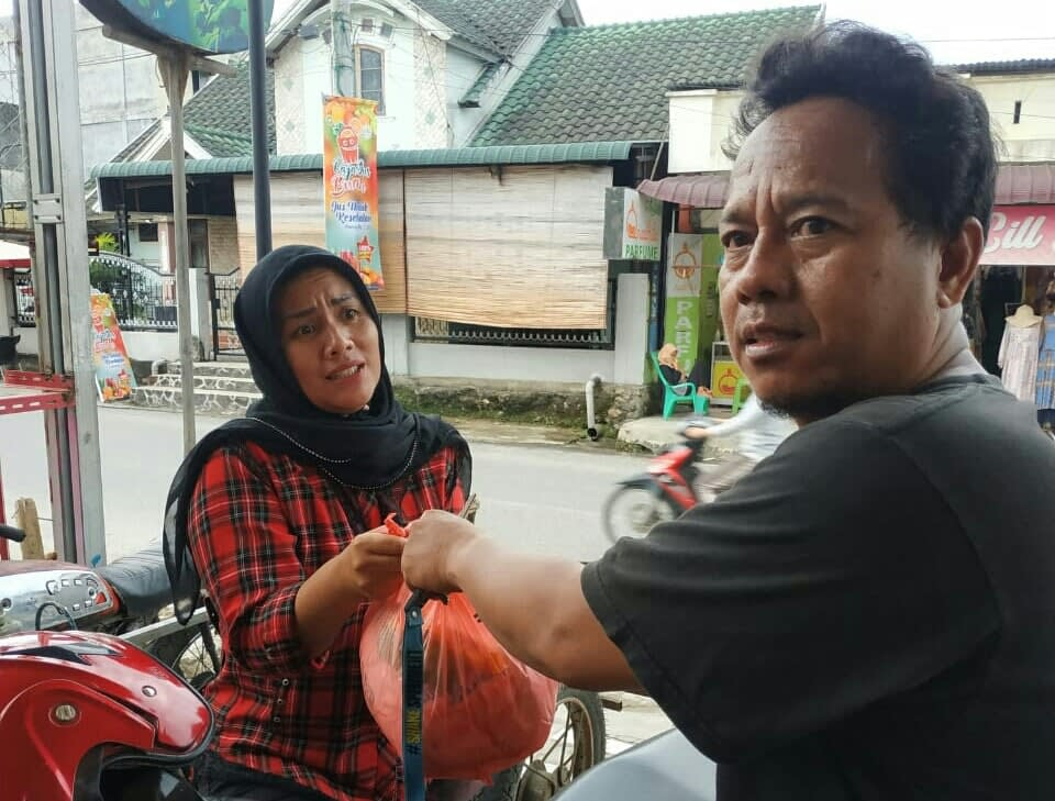 Ketua Menit Labuhanbatu, Muchsin, saat memberikan bantuan paket Sembako kepada salah seorang warga di Rantauprapat