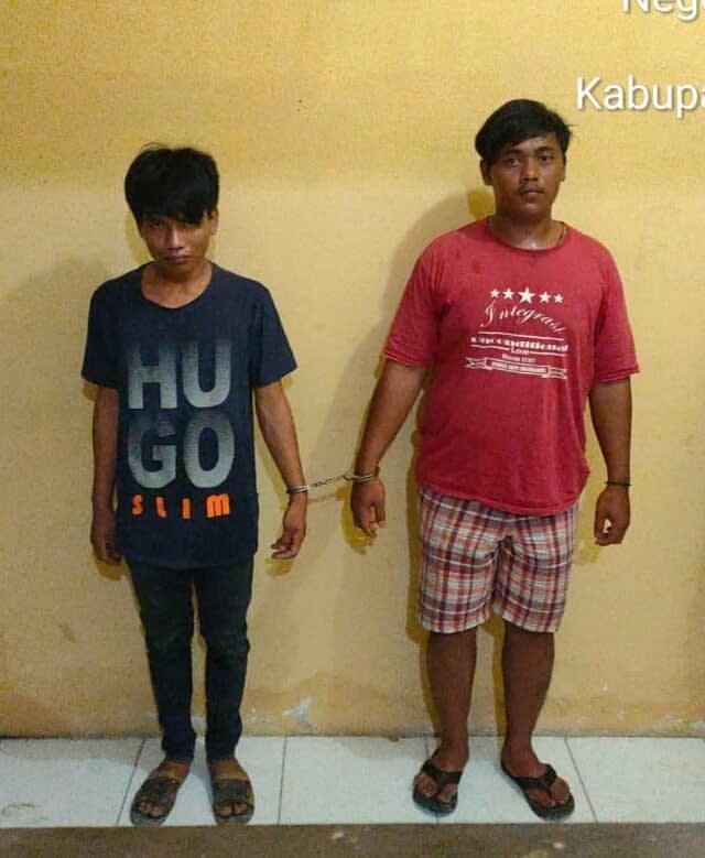 Dua tersangka penikmat sabu-sabu, berinisial REG dan RJS, saat diamankan petugas di Mapolsek Bilah Hilir di Negeri Lama, Kabupaten Labuhanbatu