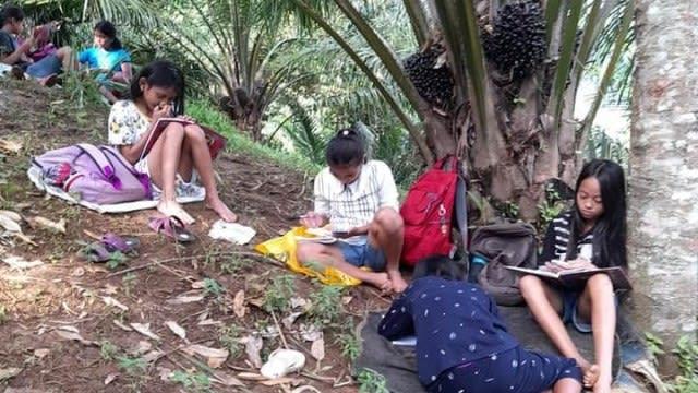 Para siswa di wilayah Desa Nagori Siporkas, Kecamatan Raya, Kabupaten Simalungun, Provinsi Sumatera Utara.  Foto: Istimewa