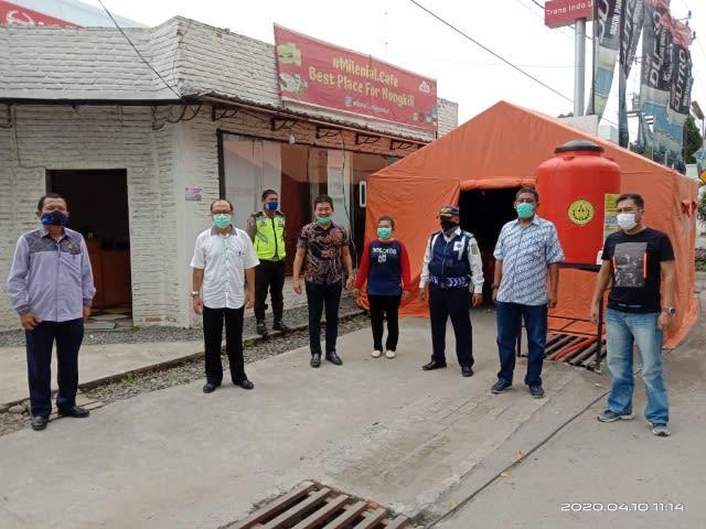 Wakil Ketua DPRD Mangatas Silalahi (tengah-mengenakan kemeja cokelat) didampingi rekan kerjanya, Jumat,10 April 2020
