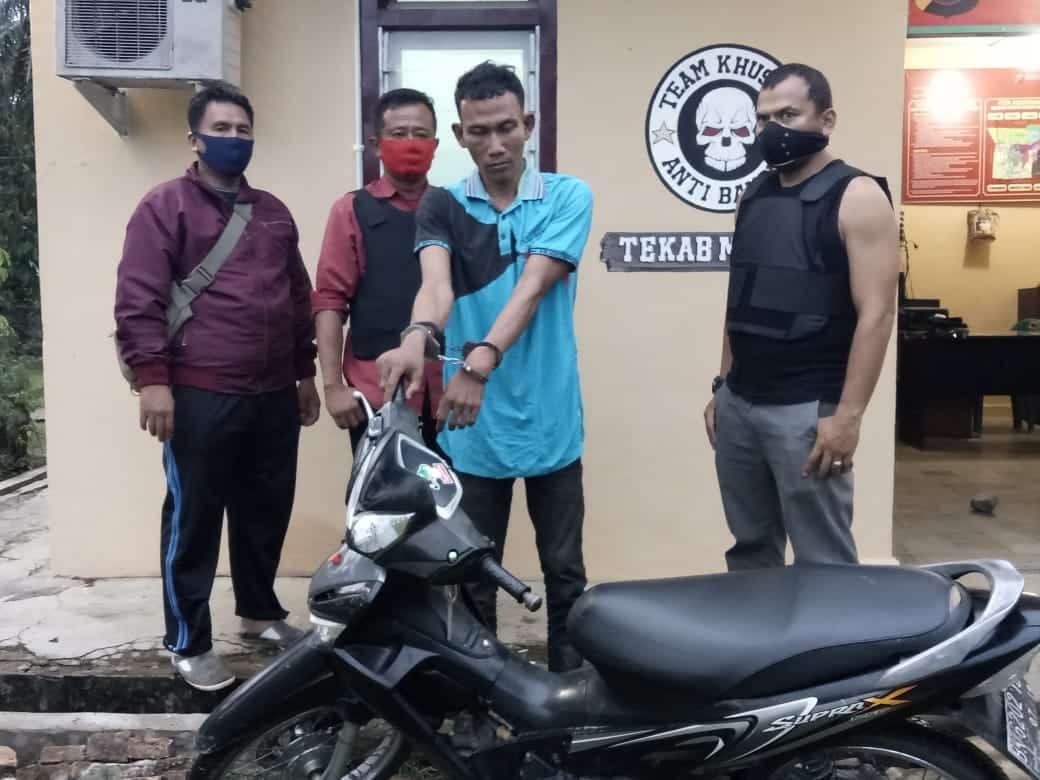 Tersangka RA alias Rifin (nomor dua dari kanan, tangan diborgol) bersama barang bukti sepedamotor yang dicurinya