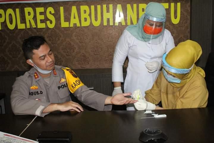 Petugas dari Tim Kesehatan sedang mengambil sample darah Kapolres Labuhanbatu AKBP Agus Darojat untuk dilakukan rapid test