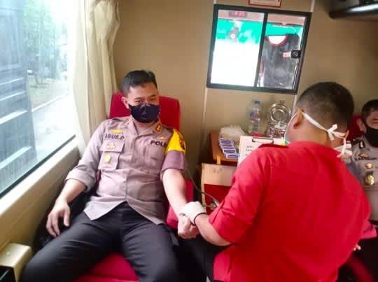 Kapolres Labuhanbatu, AKBP Agus Darojat, saat mendonorkan darahnya.