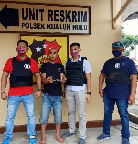 Tersangka pelaku penganiaya berinisial SM (nomor 2 dari kiri, kedua tangan diborgol) saat diamankan petugas di Mapolsek Kualuh Hulu di Aek Kanopan