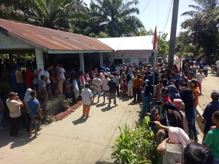 Pengurus gereja menyerahkan bantuan kepada jemaat terdampak Covid-19