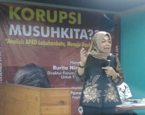Direktur Forum Indonesia Untuk Transparansi, Rurita Ningrum, memaparkan tentang pentingnya transparansi Anggaran Pendapatan dan Belanja Daerah (APBD) yang dikelola oleh Pemerintah Kabupaten (Pemkab) Labuhanbatu.